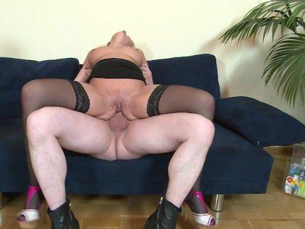 Порнуха Анал Оттрахав в анальную дырку грудастую мамочку мужики залили её попец спермой секс видео бесплатно