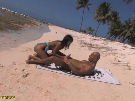 Анальное Порно Мужик снял трусики с девчушки и разработал жопень на диком пляже секс видео бесплатно