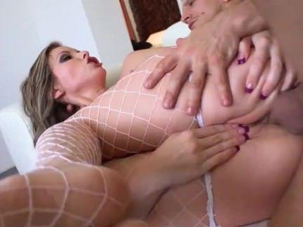 Трах в Анал Мужик угождает в попец грудастую шлюшку в сексуальных чулках секс видео бесплатно