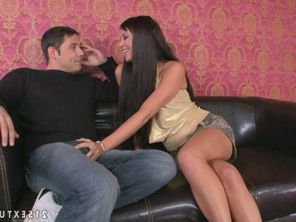 Порнуха Анал Брюнетка старательно отсасывала член бармену лаская своё очко секс видео бесплатно