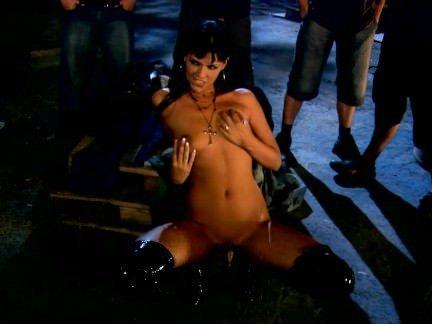 Анальная Порнуха Толпа мужиков ебут в сраку страстную брюнетку у костра секс видео бесплатно