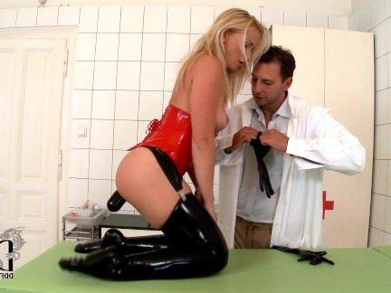 Трах в Анал Извращенный доктор одел на сучку латексные перчатки и отдолбал в попочку секс видео бесплатно