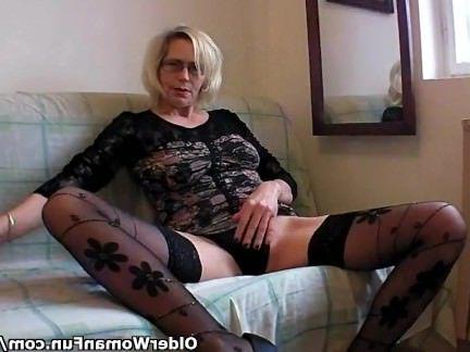 Анальная Ебля Зрелая мадам суёт кулак в пелотку и ласкает пальцами очко секс видео бесплатно
