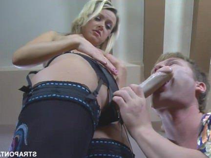 Анал Порно Парень уломал свою девушку надеть страпон и отъебать его в анус секс видео бесплатно
