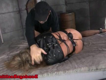 Анал Порно Чувак с дружком долбят в два ствола связанную женщину в подвале секс видео бесплатно