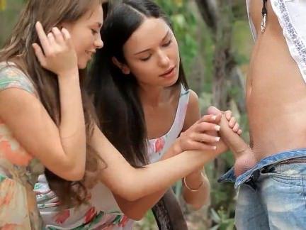 Ебля в Анал Скамейка в лесу оказалась идеальным местом для ебли в попки двух проказниц секс видео бесплатно